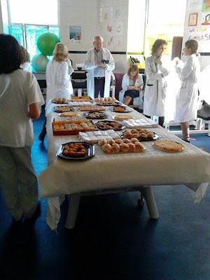 Foto de la mesa del Cátering para los médicos del Hospital Niño Jesús