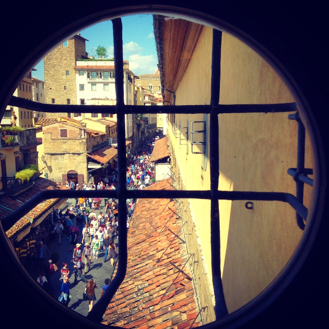 Robert and Sienna are able to cross the Ponte Vecchio Bridge from above unbeknownst to the assassin and police looking for them below.