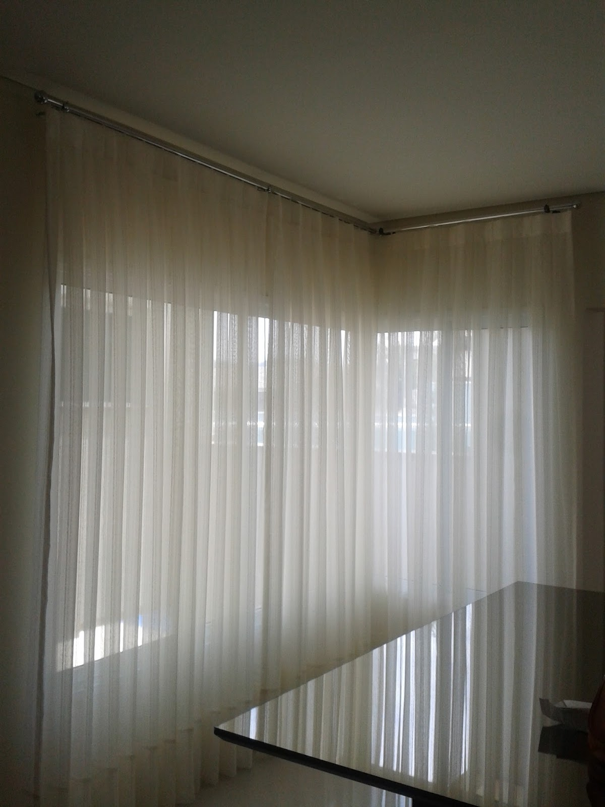 Esta cortina de voal em L foi instalada em trilho varão na parede o  #59513D 1200 1600