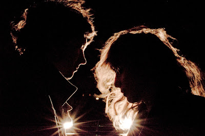 Foto romantica a contraluz