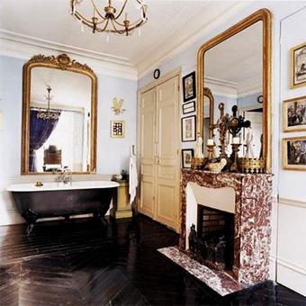 baño vintage elegante y clasico con chimenea y bañera antigua