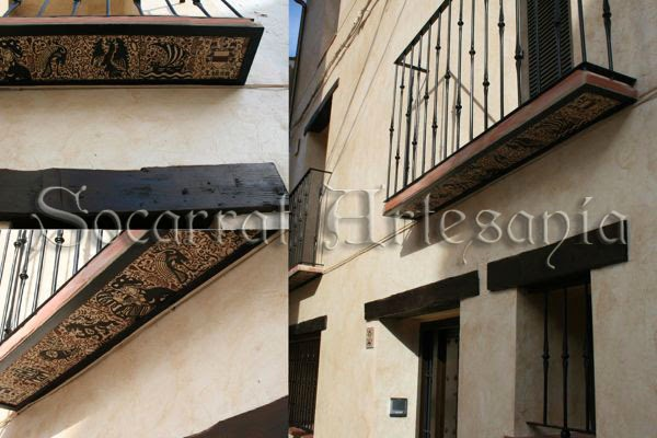 estos socarrats se colocaron en los balcones y fachada de una casa antigua restaurada