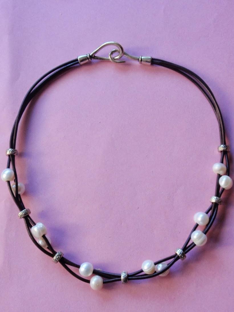 collar en cuero negro y perlas de agua dulce
