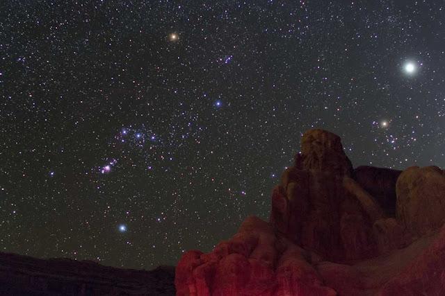 Một số ngôi sao sáng nhất của bầu trời mùa đông thì nằm trong chòm sao Orion (Lạp Hộ), điều này được công nhận dù cho bạn quan sát ở vùng quê hay trong thành phố ô nhiễm ánh sáng. Tác giả : Ruben Kier.