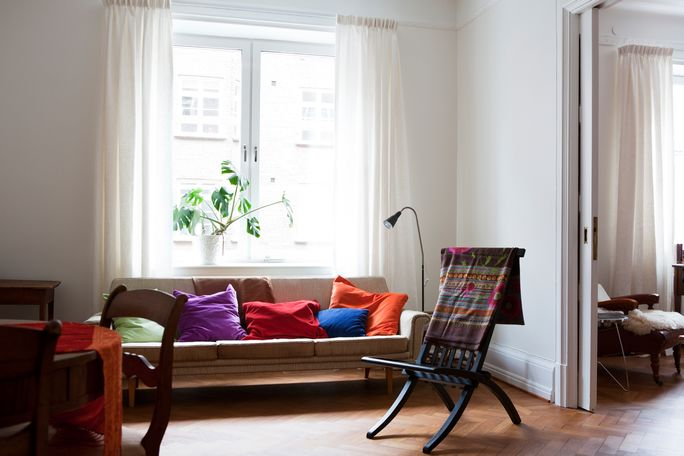 Plak donkere kleuren achter het behang for Kleuren huiskamer