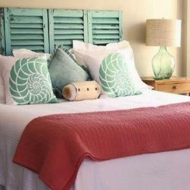 cabecero de cama con ventanas antiguas