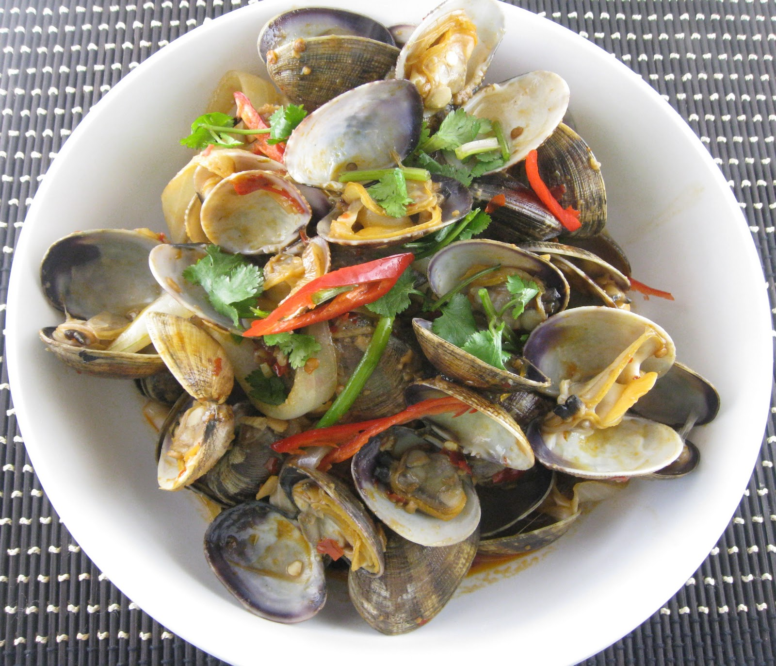 my asian kitchen: stir-fry little neck clams in chili sauce