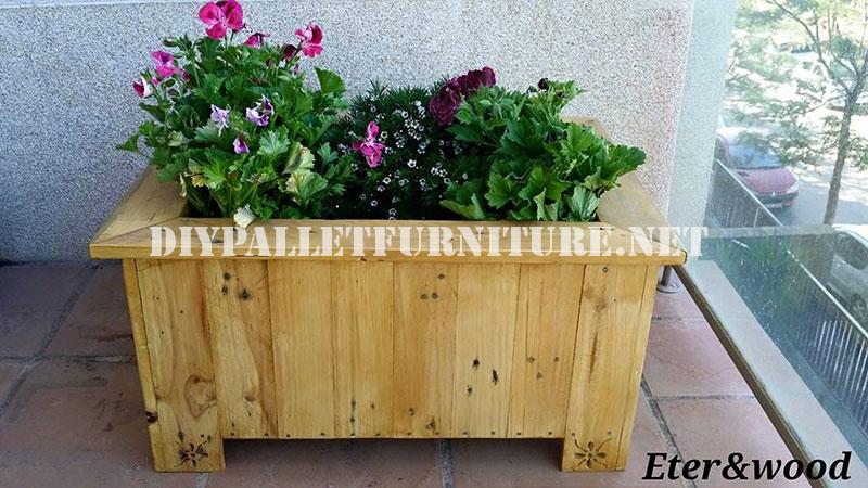 se trata de una jardinera de considerables dimensiones realizada gracias a las tablas de los palets previamente desmontados la jardinera es de una factura