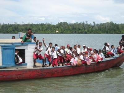 Perjuangan ke Sekolah dengan Perahu Ketinting