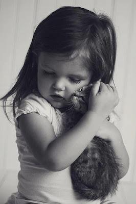 Una niña y su gato, el cariño