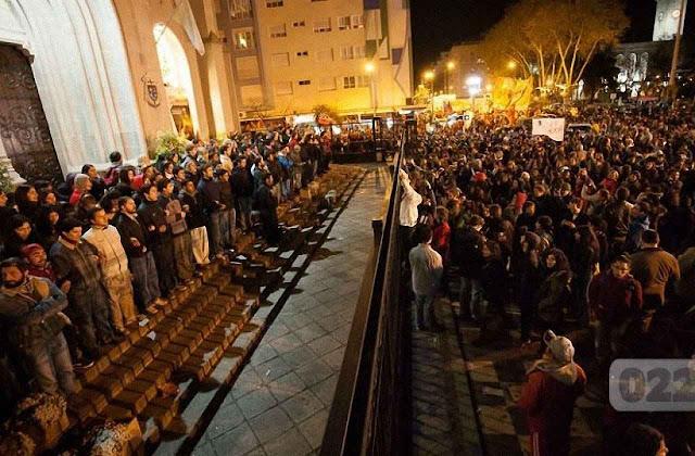Agitadores iniciam agressão sacrílega contra catedral defendida por católicos