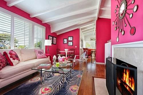 de un pavo real en tonos rosas y grises Chimenea crea un ambiente