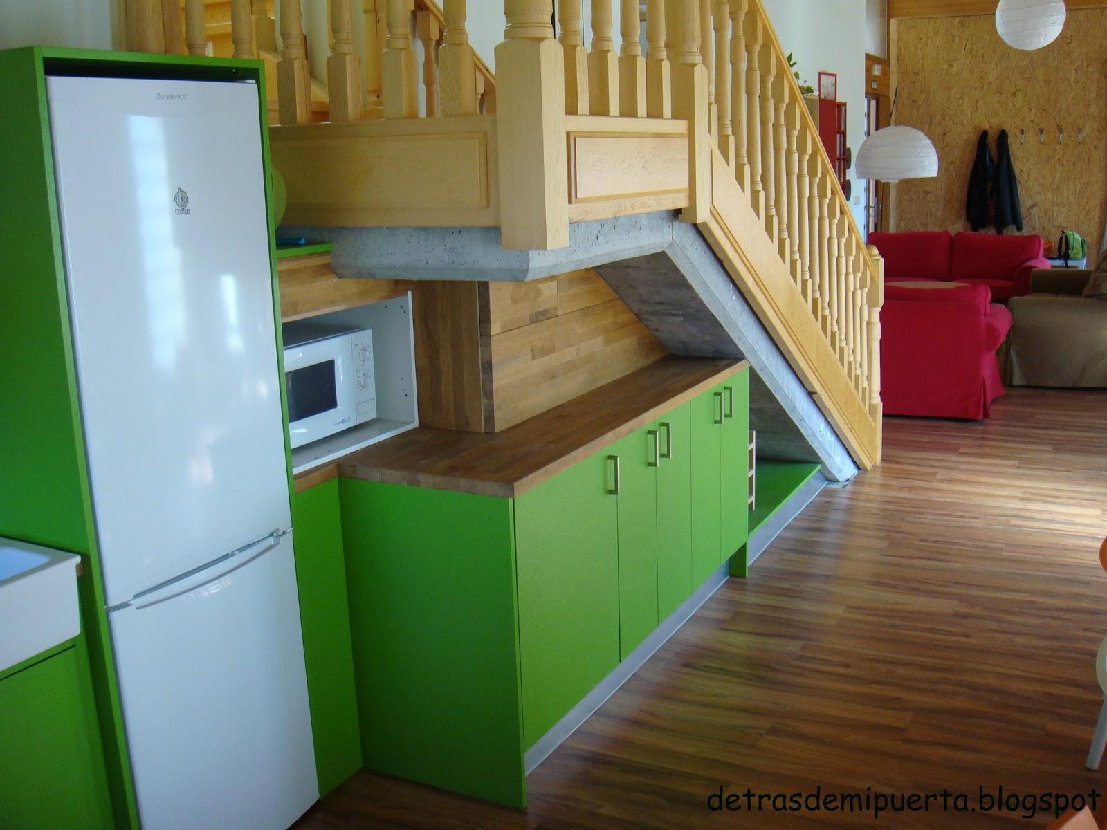 Detr s de mi puerta casa rural en chavaler soria for Cocinas debajo de las escaleras