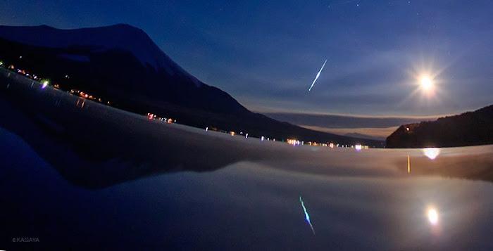 Hình ảnh một sao băng Quadrantid xẹt qua bầu trời cùng với ánh trăng trên hồ Yamanaka và núi Phú Sĩ vào lúc 4 giờ 52 phút sáng nay, ngày 4 tháng 1 năm 2015. Tác giả : Kagaya Yutaka.