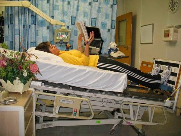 Homem deitado numa cama em exame na NASA