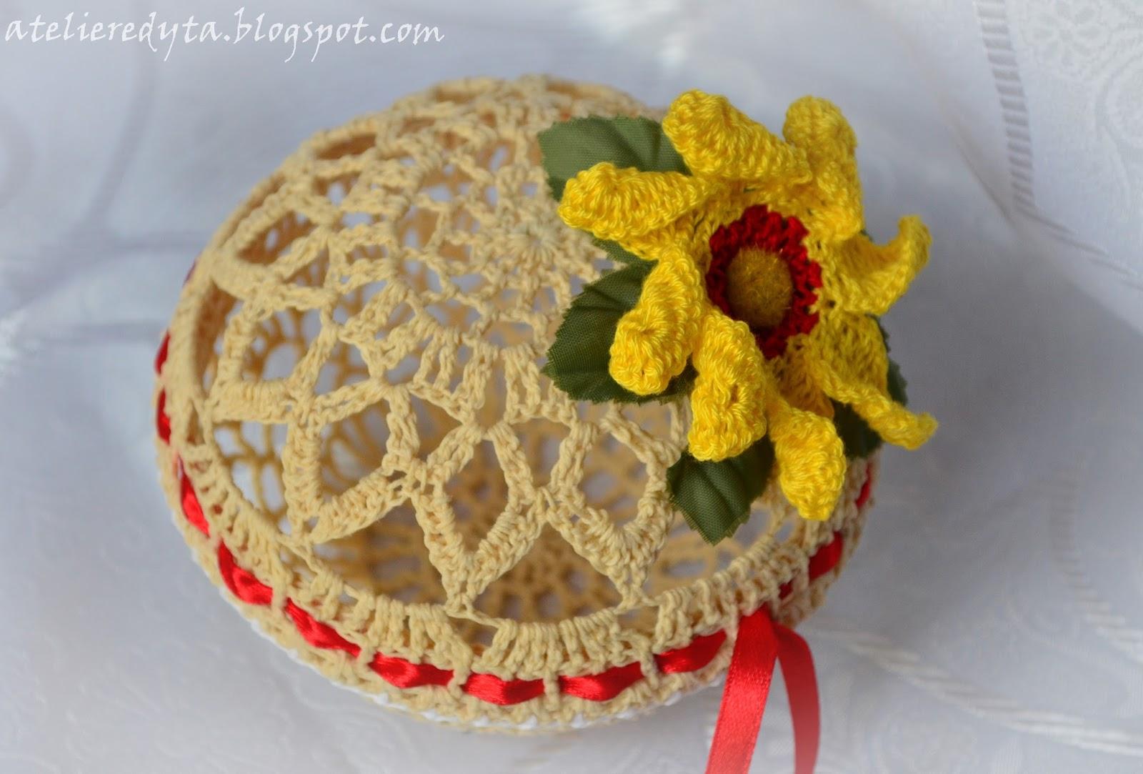 Szydełkowe puzderko z żółtym kwiatkiem