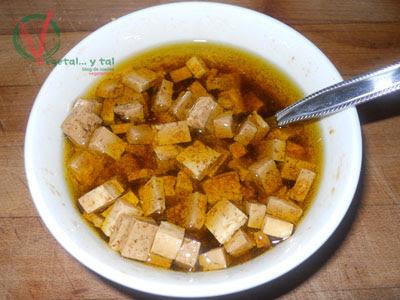 Marinar el tofu.