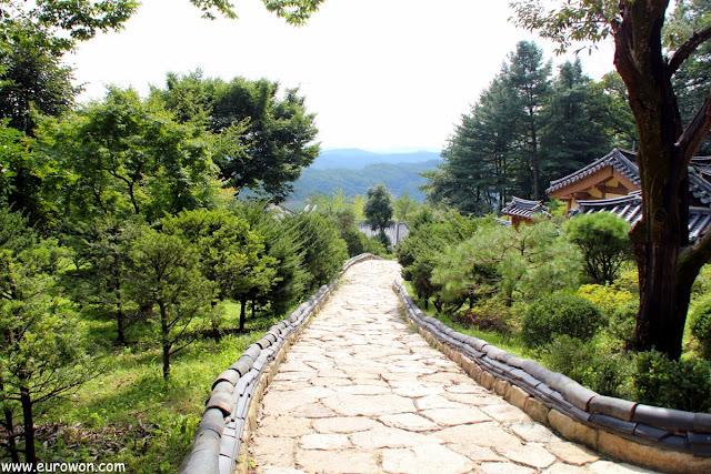 Camino de losas de piedra del templo Buseoksa