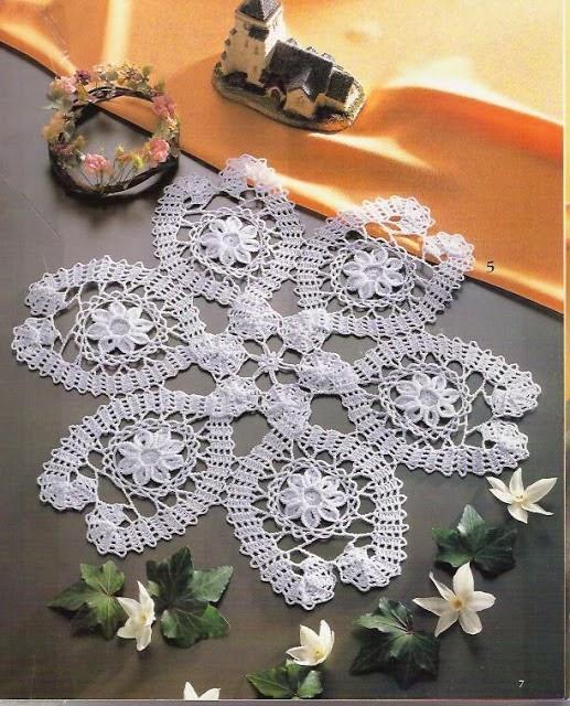 Carpeta tejida con ganchillo con primoroso diseño