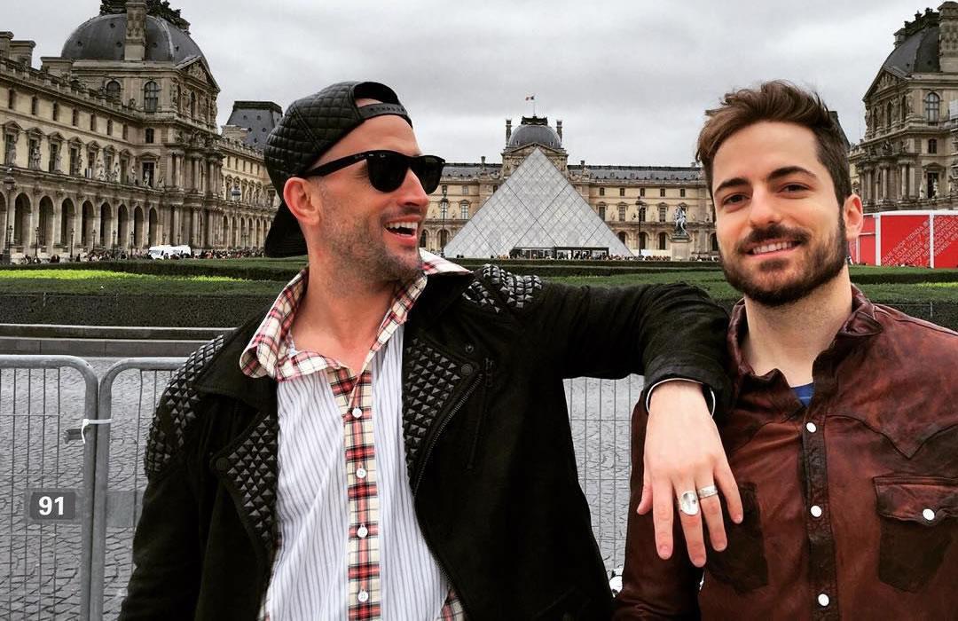 Paulo Gustavo vai a museu com o namorado, Thales Bretas, em Paris