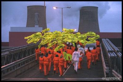 """متظاهرون يقتحمون المنشأة النووية """"سيلافيلد"""""""
