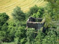 Les restes del Molí del Ciuró des de la Cinglera del Ciuró