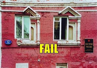 窓がづれてる建物
