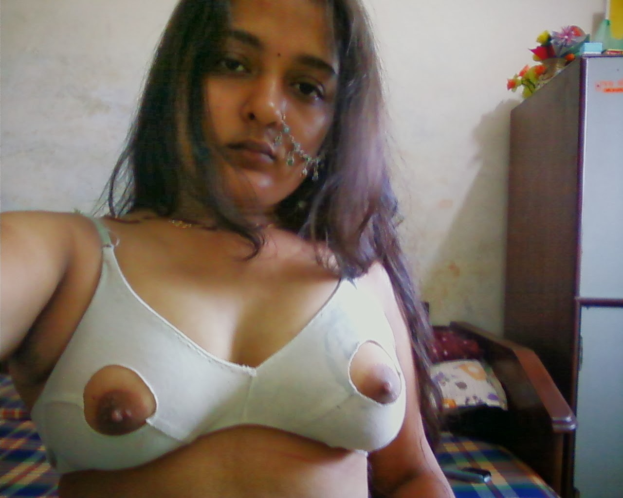 Sexy Desi aunty Poornima showing big Boobs and Choot Pics ...