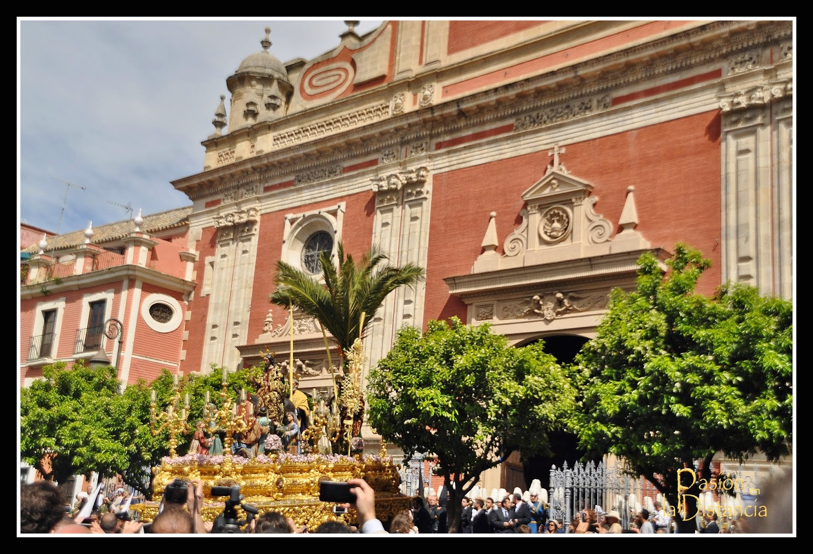 La-borriquita-saliendo-del-Salvador