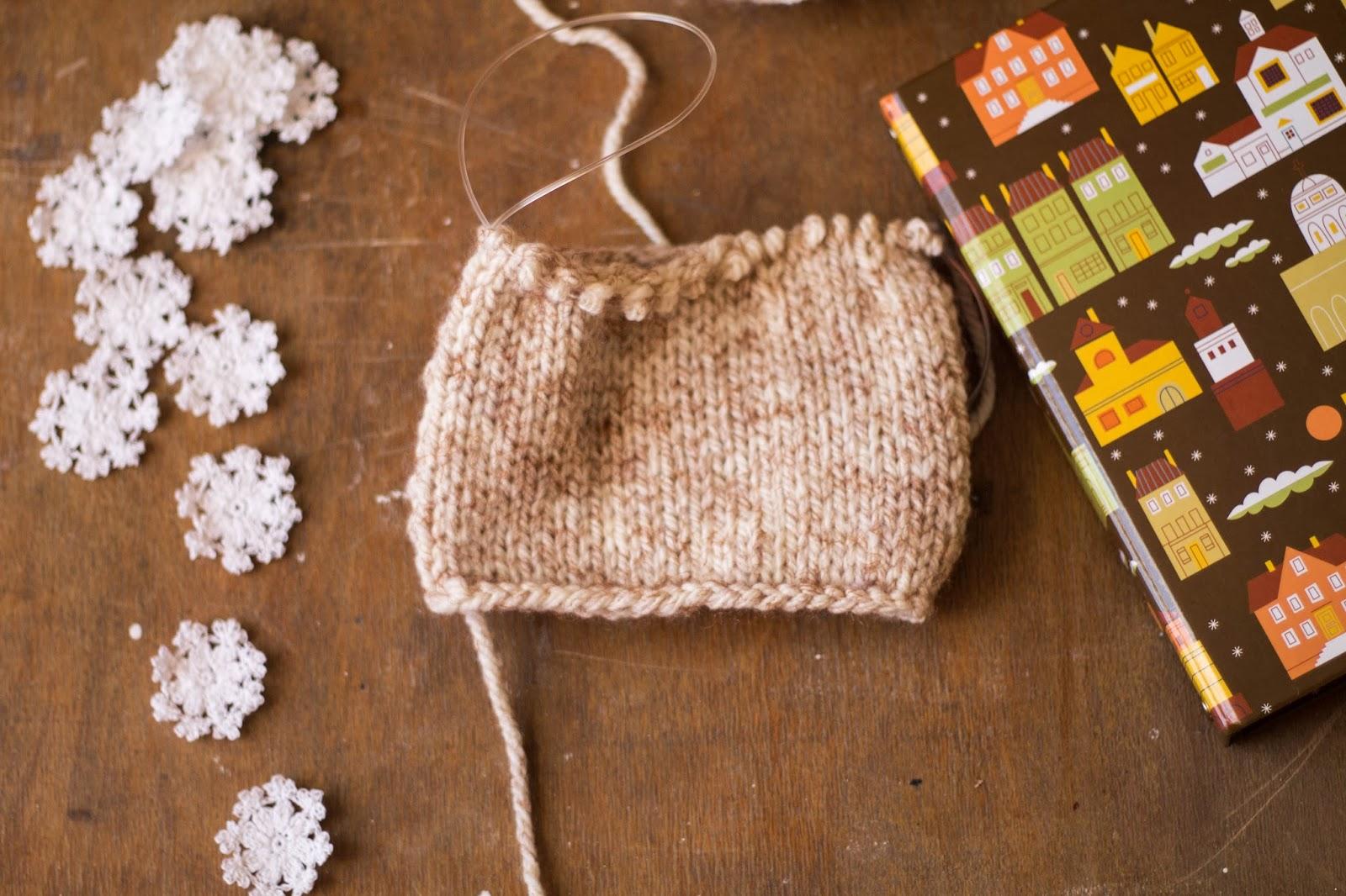 вязанные снежинки, снежинка крючком, варежки, вязанные варежки, одежда на кружку, необычный подарок, красивые фото