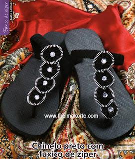 chinelos customizados com fuxicos de zíper e decorados com chatons de strass por Thelma Korte