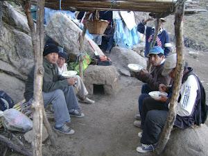 ALCALDE Y COMUNEROS DELEITANDO UN SABROSO DESAYUNO EN HUACHICOCHA