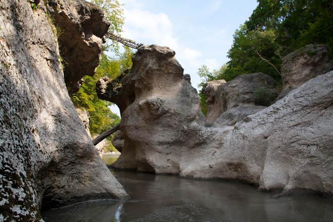 Метров и высотой скал 25 30 метров река