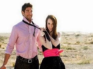 بعض القواعد الزوجية التي عليك كسرها .. وسترين الفرق  - امرأة تشد رجل من الكرافته كرافتة ربط العنق - woman pull man tie