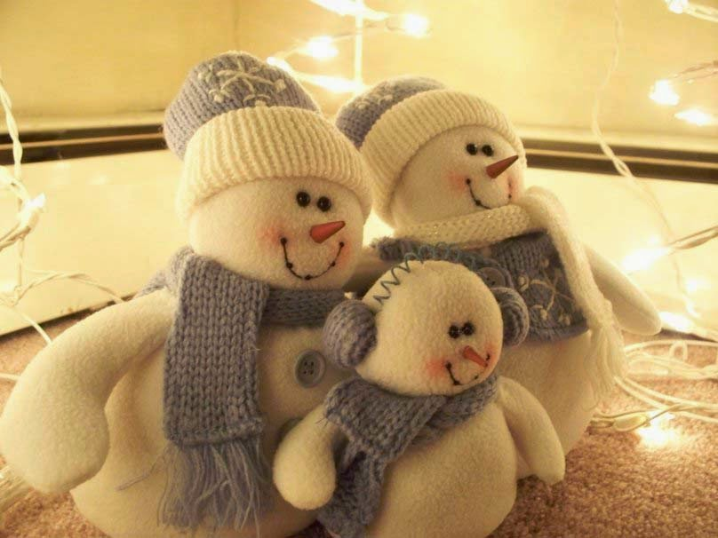 a-happy-snowman-family