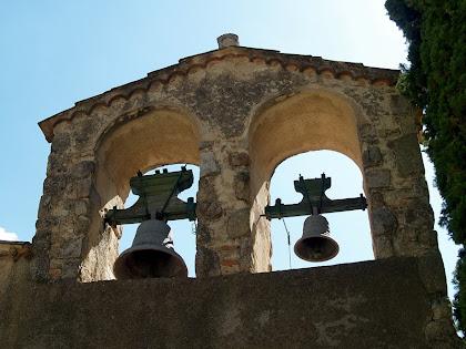 Detall del campanar d'espadanya
