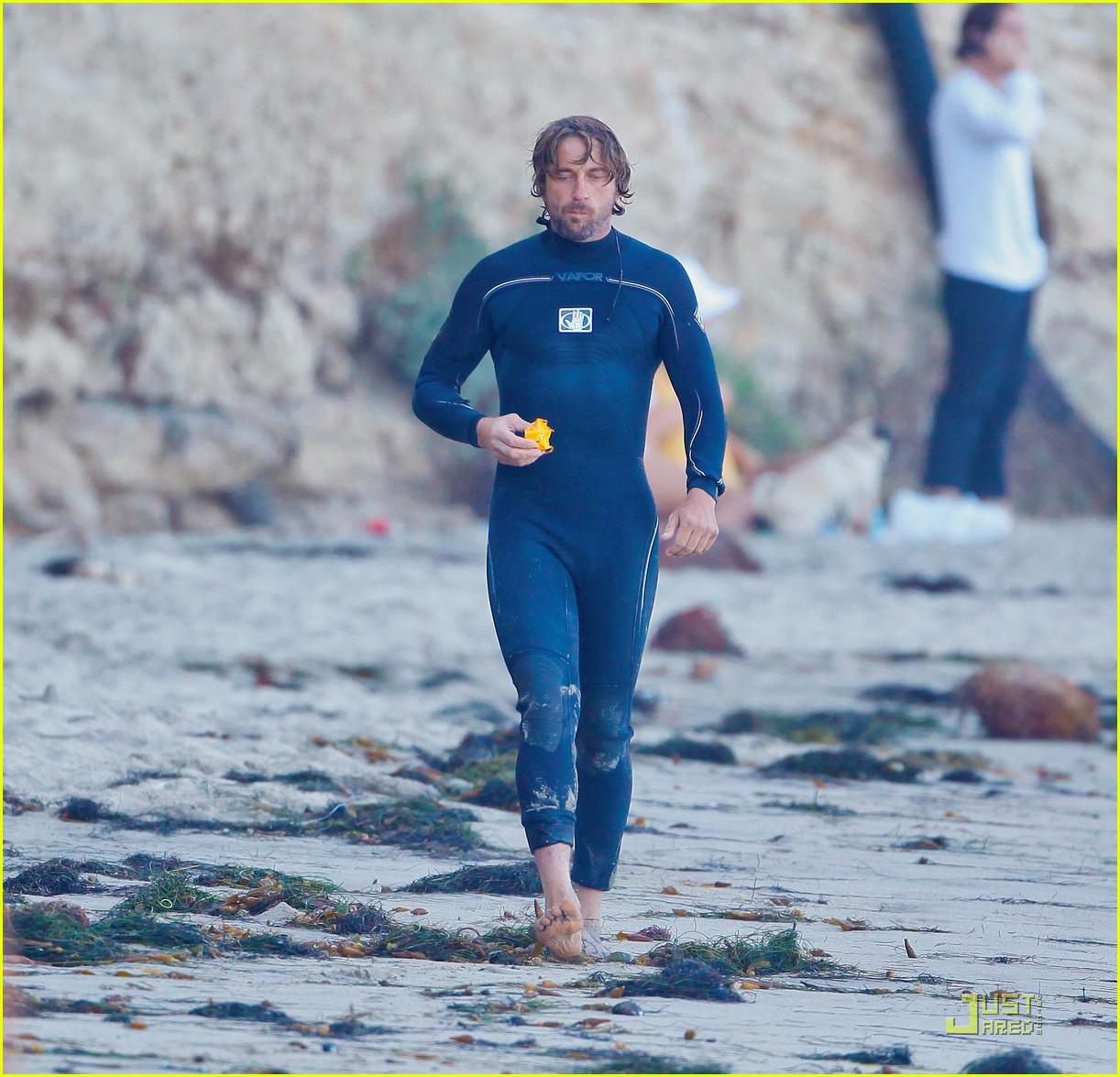 http://4.bp.blogspot.com/-ZHBsgPytnl0/TgqlKzItmcI/AAAAAAAAFS4/TbtpxHwzUT4/s1600/gerard-butler-atm-stop-after-surfing-03.jpg