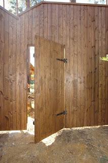 Забор из профлиста под дерево, камень. Фото 8