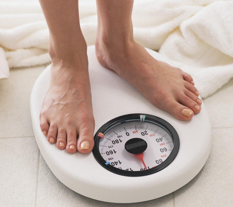 Minum air putih hangat bisa turunkan berat badan