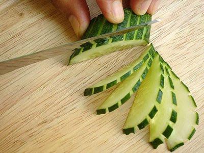 тънки резенчета от краставица с кора на ивици