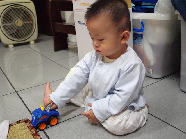麗嬰房買的玩具車