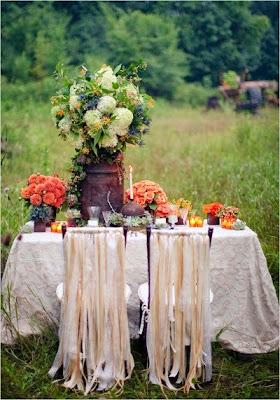 belles photographie de décoration pour un mariage automne hiver . Chaise et tables de mariage thème païen bohème champêtre . Belle table pour mariage