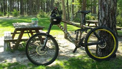 Bicicleta de montanha para a prática de freeride/downhill