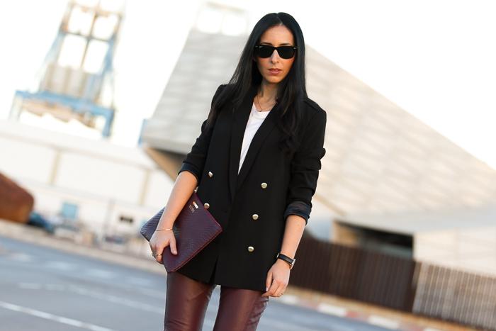 Blogger de moda valenciana con look cañero y pantalones de piel granate