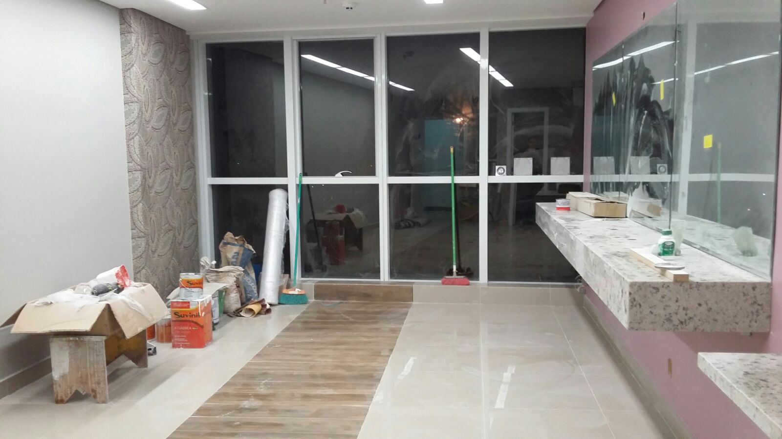 Com o piso finalizado instalou se as bancadas de granito pontos de  #654B3D 1600x900