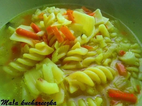 Zupa jarzynowa z makaronem i kurkumą