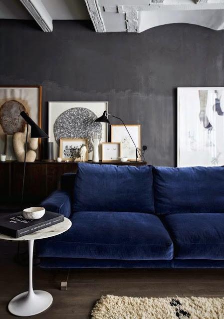 granatowa sofa w pokoju dziennym