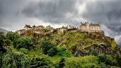 Edinburgh Castle, Scotland (© Raul Belinchon/Gallery Stock) 425