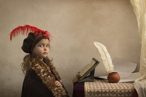 Fotógrafo recria obras clássicas de arte usando sua pequena filha como personagem principal