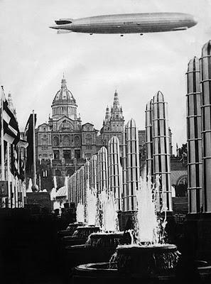 El Zeppelin sobrevolant la Fira de Barcelona l'any 1929.